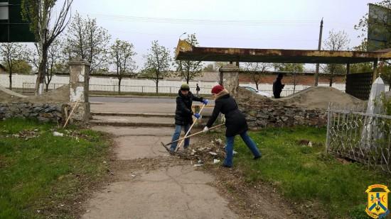 Продовження робіт з прибирання територій міста