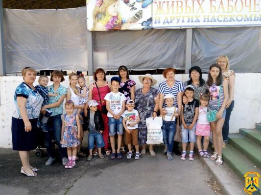 Діти-інваліди на виставці метеликів та екзотичних тварин
