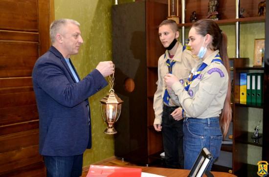 До Первомайського міського голови завітали представники скаутського об'єднання «Аверс», щоб подарувати Вифлеємський Вогонь Миру